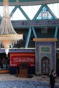 Innenraum der Imam Ali Moschee von der Empore aus gesehen