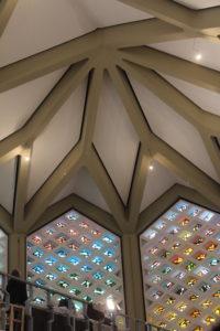 Innenraum der zukünftigen Al-Nour Moschee mit dem alten Bleiglasfenstern der Kirche