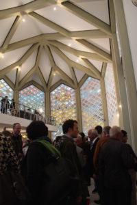 Innenraum der zukünftigen Al-Nour Moschee mit Besuchern